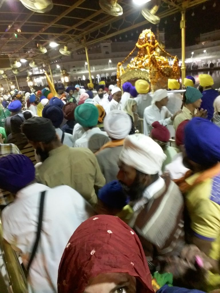 En el templo de oro con mucha gente